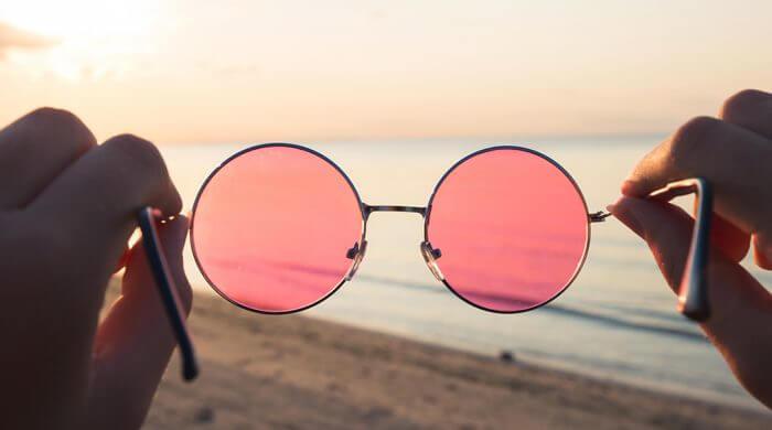 paire de lunettes de soleil sur la plage