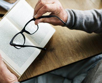 Bien voir après 40 ans Homme tenant des lunettes à la main