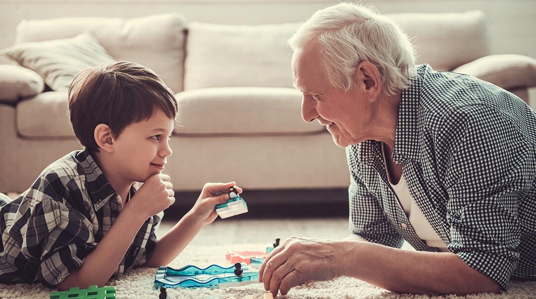 Grand père qui joue avec son petit fils