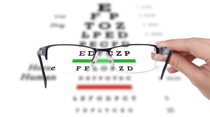 focus sur les lettres d'un test optique au travers de verres de lunettes