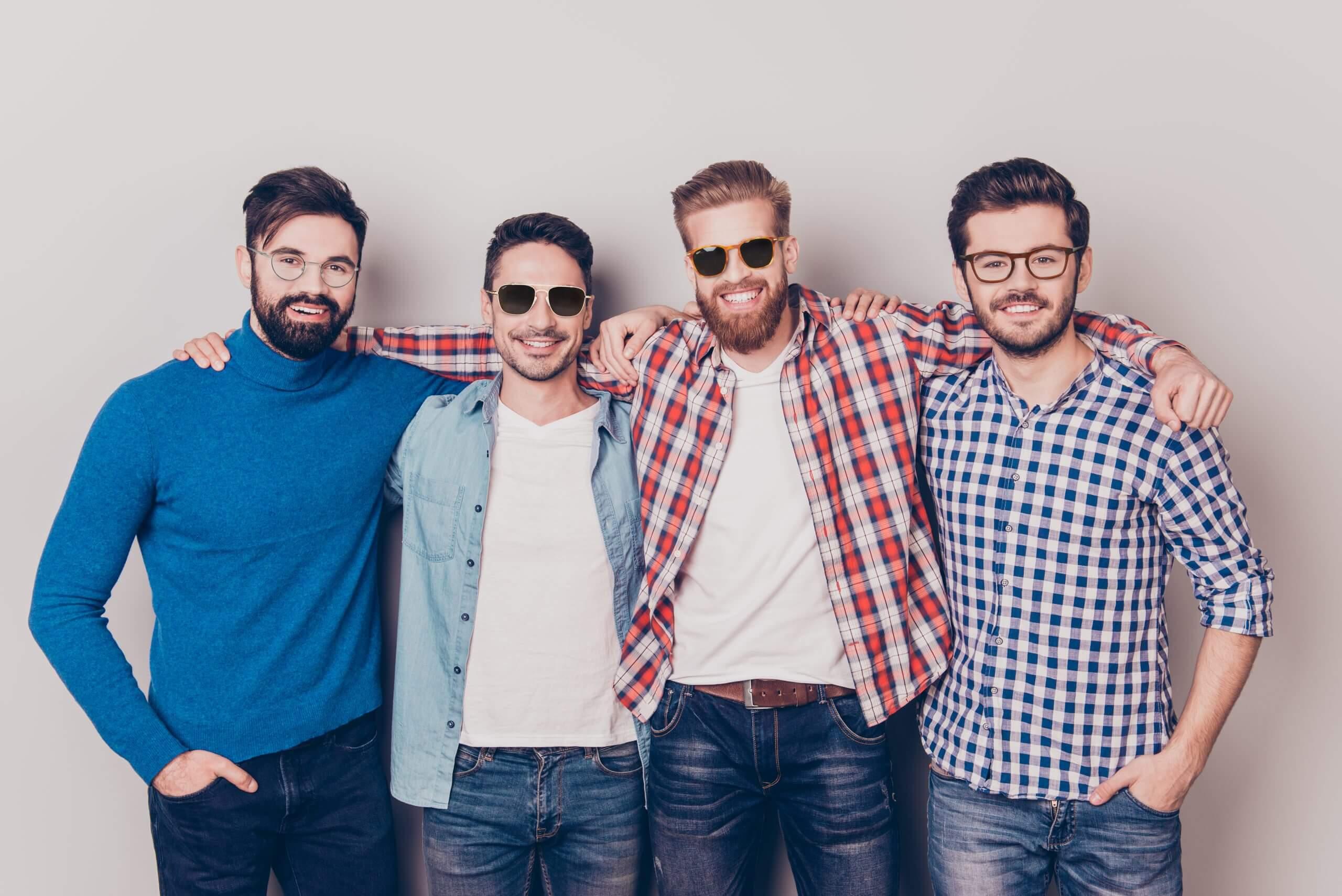 tendances lunettes homme quatre hommes se tenant côte à côté et mains sur les épaules