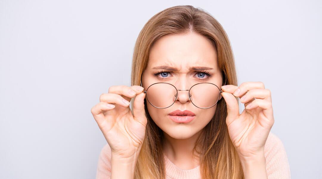 Presbytie Jeune femme portant des lunettes avec verres progressifs