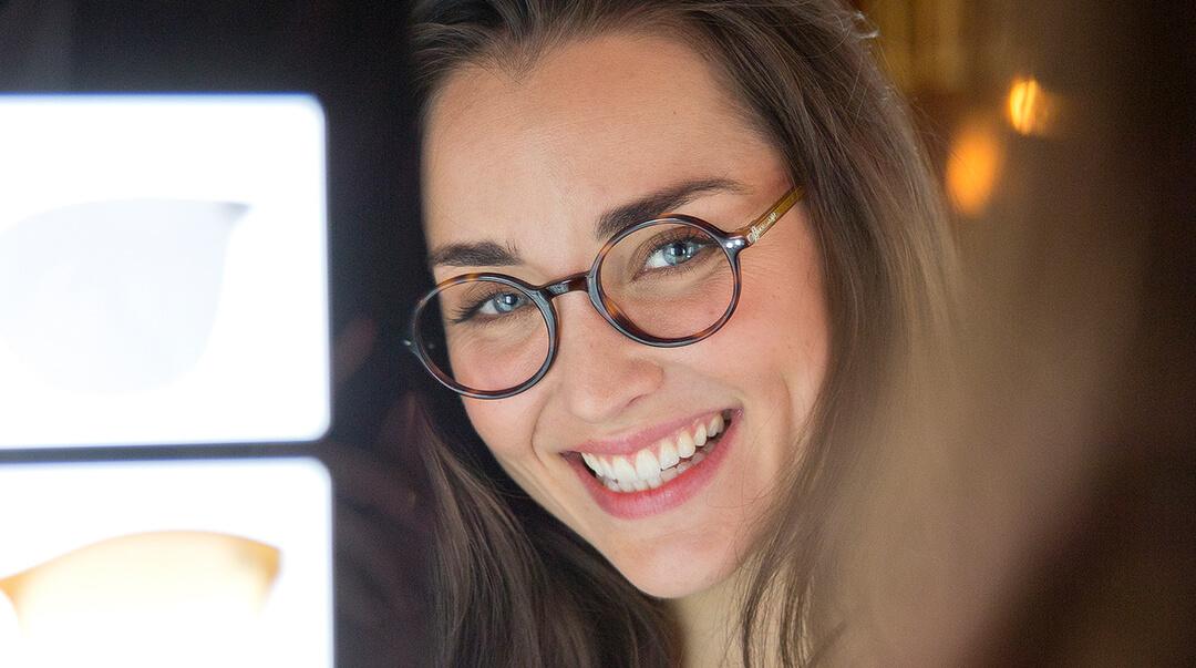 Jeune femme avec lunettes rondes
