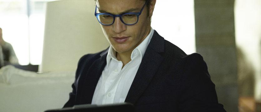 homme portant la lunette blue block